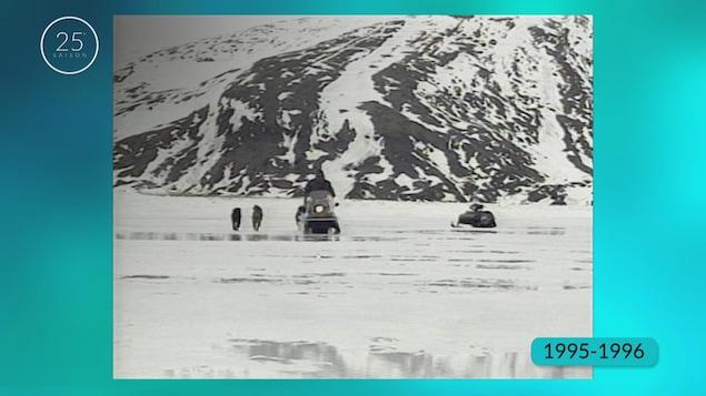 Expédition en motoneige pour la pêche aux moules sous la glace.