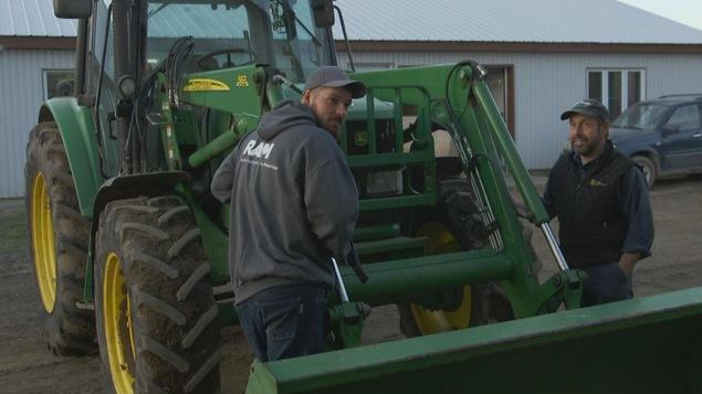Jean-Félix Morin et François Pellerin se partage toutes les tâches de la ferme laitière.