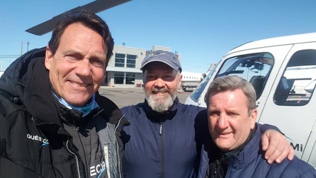 Le président et chef de la direction de Québecor, Pierre Karl Péladeau, le pilote de l'hélicoptère TVA, Michel Careau, et le maire de Québec, Régis Labeaume.