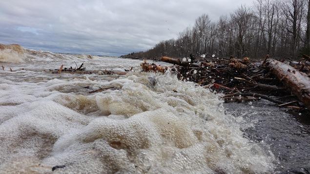 De grosses vagues sur le lac Saint-Jean