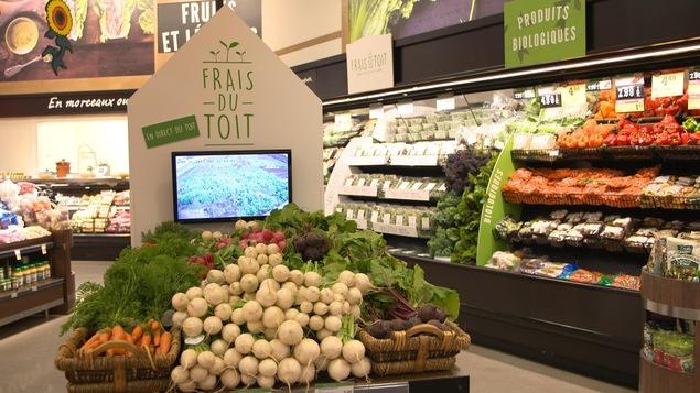 Des rayons de fruits et légumes dans une épicerie
