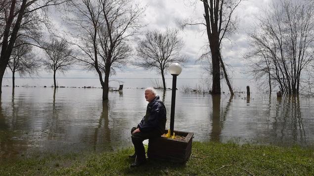 Paul Diamond se repose devant le Lac Saint-Pierre pour y vérifier l'état de son chalet.