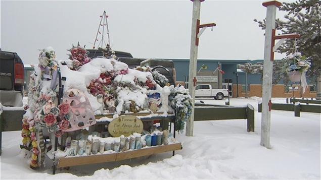 Des bougies, des fleurs et des peluches devant l'école communautaire de La Loche