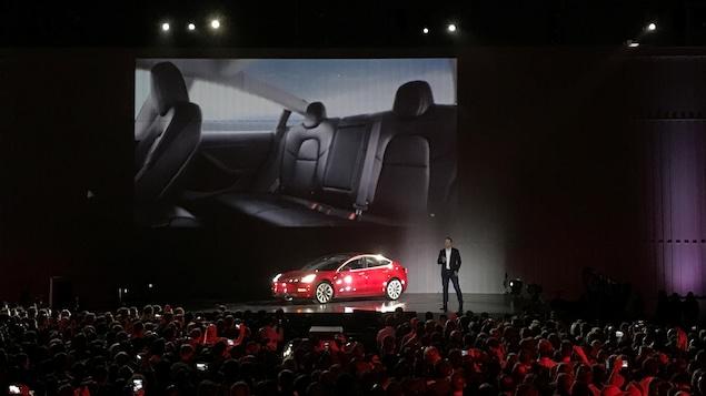 Le président de Tesla, Elon Musk, présente le nouveau Modèle 3 devant des milliers de spectateurs.