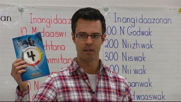 David Costello enseigne l'ojibwé à des élèves de cinquième année de l'École Ralph Brown à Winnipeg.