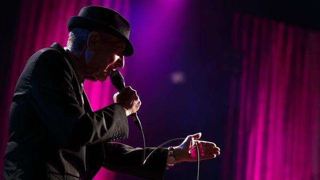 Leonard Cohen lors d'une prestation au Festival International de Jazz de Montréal, le 4 juillet 2013.