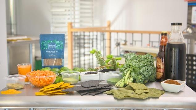 Des chips de ténébrions et divers aliments sur une table.