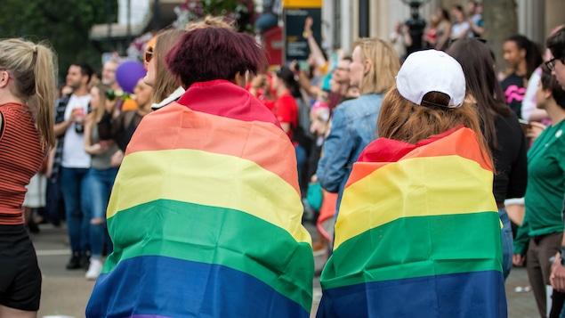 Deux femmes avec des drapeaux de la fierté.