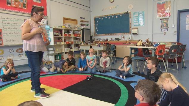 Linda Harvey enseigne le tutchone du Sud dans une école de Whitehorse.