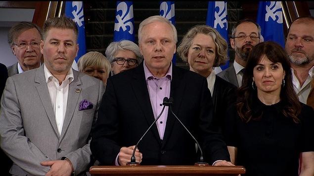 Le chef du Parti québécois, Jean-François Lisée, est entouré de députés péquistes dont Véronique Hivon et Pascal Bérubé, en point de presse.