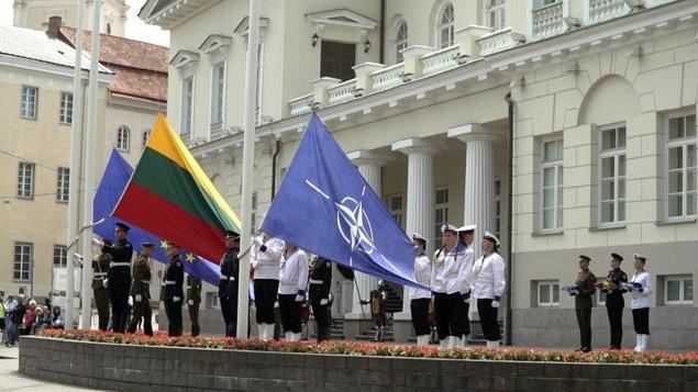 Le drapeau de la Lituanie est flanqué d'un côté par celui de l'Union européenne, et de l'autre, par celui de l'OTAN.
