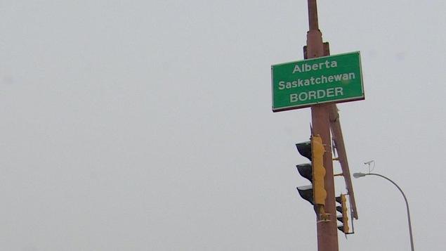 Un panneau indiquant la frontière entre l'Alberta et la Saskatchewan.