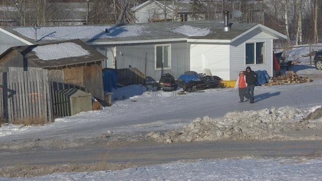 Des habitants marchent dans une ruelle de la communauté de Southend, dans le nord de la Saskatchewan.