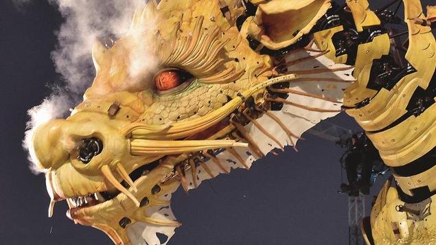 Un dragon jaune, de la fumée lui sortant des narines