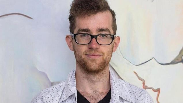 Un jeune homme avec des lunettes