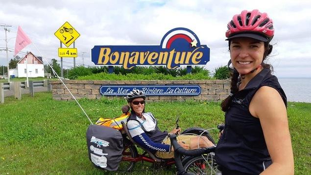 Patrick Beckrich d'Accès-Cycle et Luce Thériault de l'Unité régionale loisir et sport Gaspésie-Îles-de-la-Madeleine parcourent la Gaspésie à vélo.