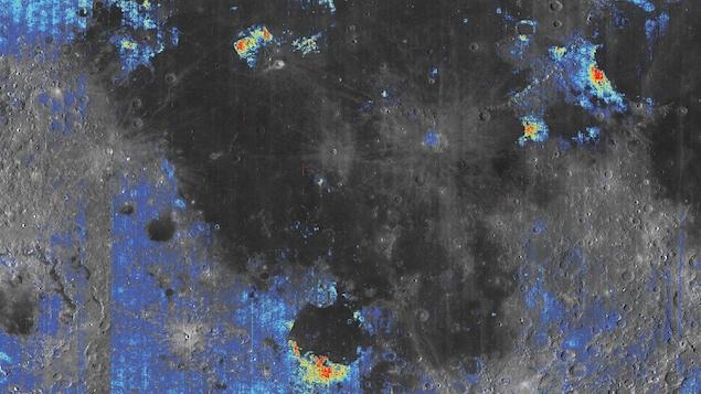 Les régions colorées contiennent plus d'eau que celles en gris. Les zones en jaune et orange sont celles qui contiennent le plus d'eau.