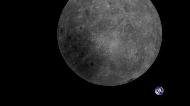 La Lune et la Terre.