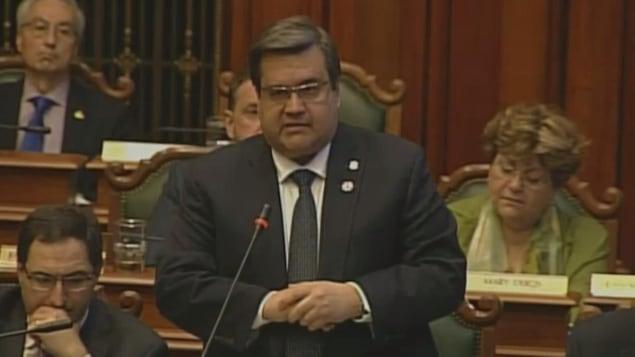 Le maire Denis Coderre répond à l'opposition lors de la séance du conseil municipal, à l'Hôtel de Ville de Montréal.