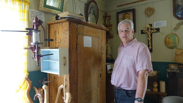 Georgy Bouffard doit se départir de nombreux objets, mais certainement pas de cette armoire qui a appartenu à sa famille.