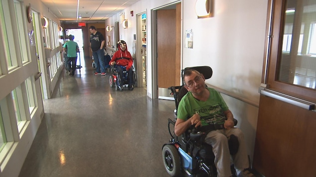 Des patients de la Maison Jean-Eudes Bergeron dans le corridor.