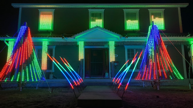 Une maison avec de nombreuses lumières de Noël
