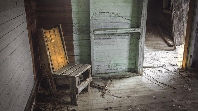 Une chaise dans une vieille maison abandonnée.