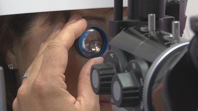 Une femme chez l'ophtalmologiste