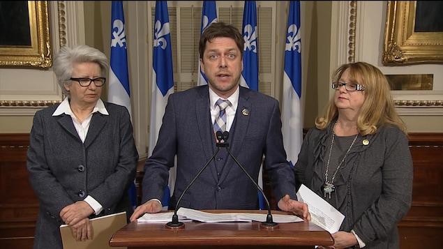 Les députés du Parti québécois (PQ) Agnès Maltais, Martin Ouellet et Carole Poirier dénoncent l'abolition des référendums dans les municipalités tel que prévu dans le projet de loi 122
