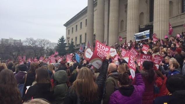 600 infirmières manifestent devant le palais législatif du Manitoba