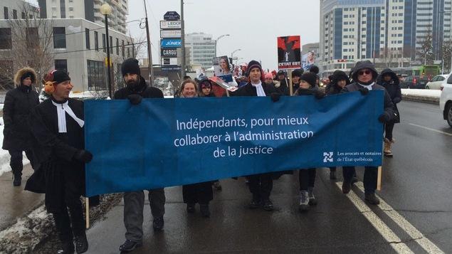 Les juristes en grève marchant jusqu'à l'Assemblée nationale l'hiver dernier.