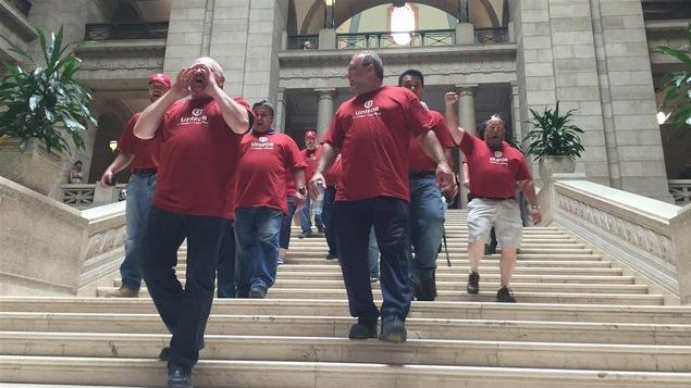 Des membres du syndicat Unifor manifestent au palais législatif