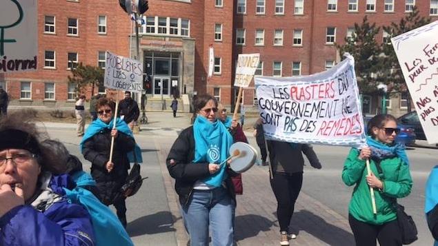 Manifestation des groupes de femmes de l'Abitibi-Témiscamingue contre les mesures d'austérité