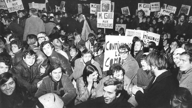 Des jeunes manifestent. On peut lire sur quelques affiches : « McGill aux travailleurs ».