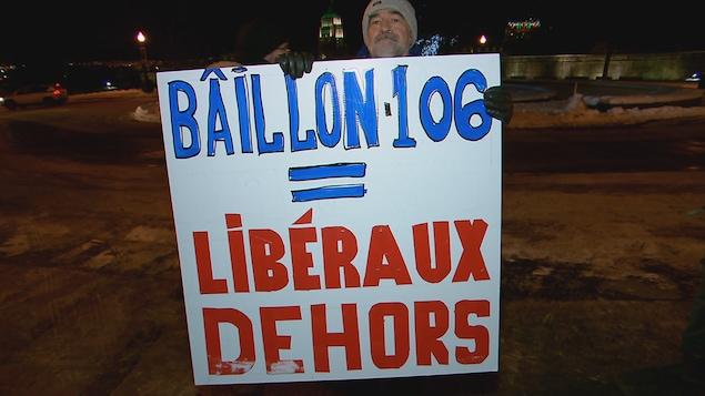 Une quarantaine de manifestants ont l'intention de passer la nuit dehors pour dénoncer le recours au bâillon pour faire adopter le projet de loi 106.