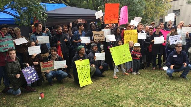 Pancarte à la main, les manifestants sont entassés devant l'objectif de la caméra.