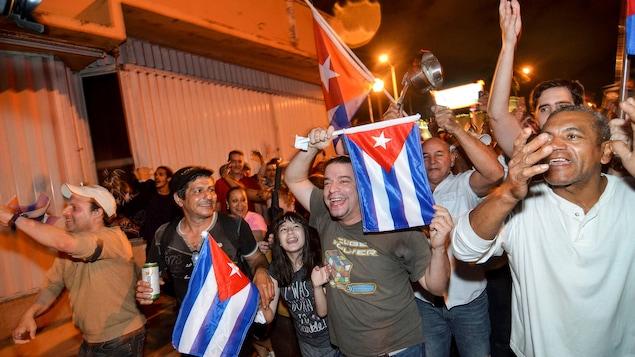Des manifestants ont célébré la mort de Fidel Castro à Miami, aux États-Unis. Ils brandissent un drapeau cubain.