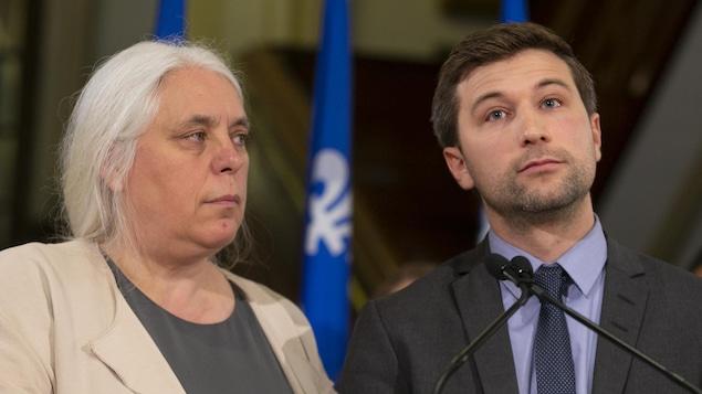 Deux élus semblent se questionner.