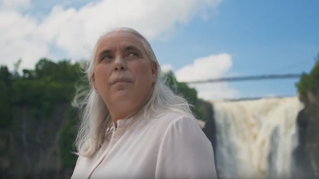 Manon Massé pose devant les chutes Montmorency dans le cadre d'une publicité de Québec solidaire.