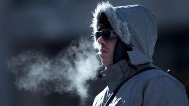 Un homme se tient dehors dans le froid