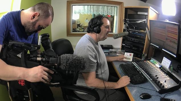 Photo de Marc et Francis dans le studio de radio derrière la console.