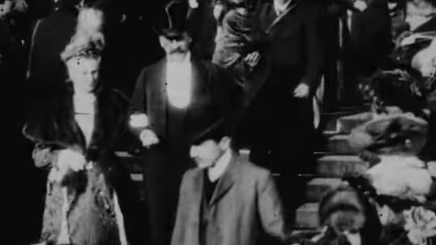 Photo d'un homme qui serait l'auteur Marcel Proust descendant les marches de l'église de la Madeleine, à Paris, lors d'un mariage en 1904