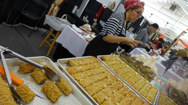 Une exposante vend ses pâtisseries au Marché des Saveurs de Rimouski