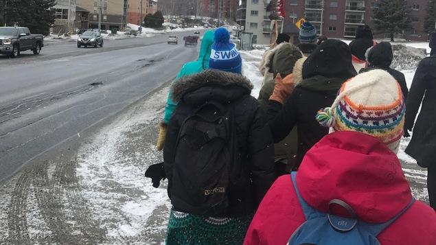 Des femmes autochtones marchent.