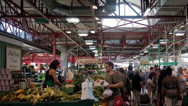 Les marchés publics, comme le marché Jean-Talon, sont ouverts malgré le congé férié de la fête du Travail.