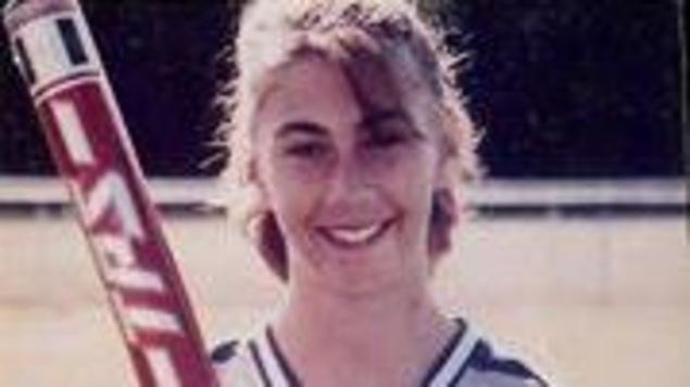 Une photo de Marcia LeBlanc en uniforme de baseball.