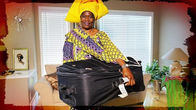 La Malienne Marguerite Diarra porte sa valise.