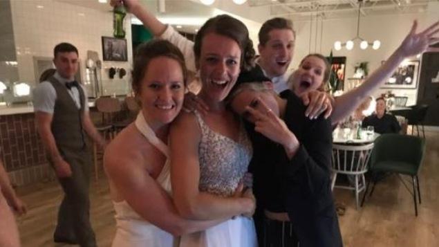 Kirsten (au centre) et Kayleigh (à gauche) Jennings ont reçu la visite surprise de l'actrice hollywoodienne Kristen Stewart (à droite) lors de leur mariage samedi à Winnipeg.