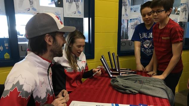Marianne St-Gelais et Charles Hamelin rencontrent la relève du patinage de vitesse.