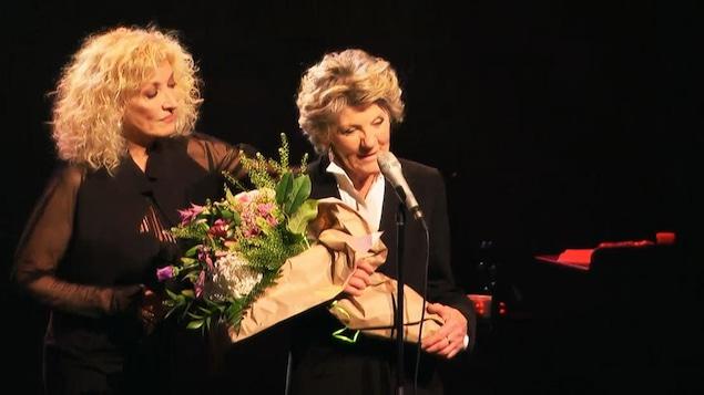 Clémence DesRochers avec, à ses côtés Marie Michèles Desrosiers, lors de son dernier spectacle en carrière mardi à Gatineau.